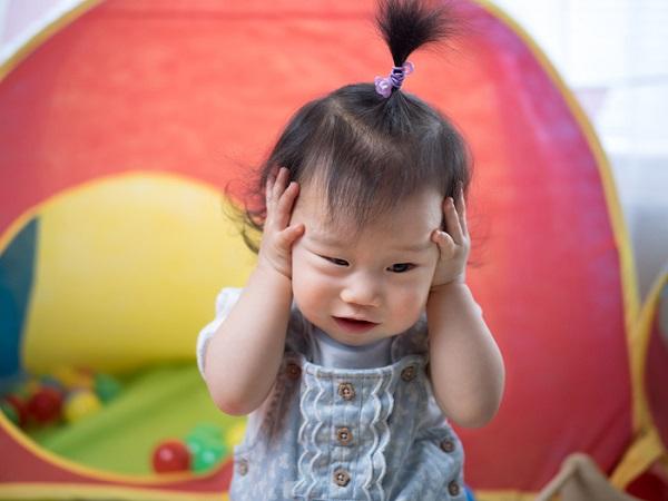Rửa mũi không đúng cách làm trẻ ù tai, đau đầu khó chịu