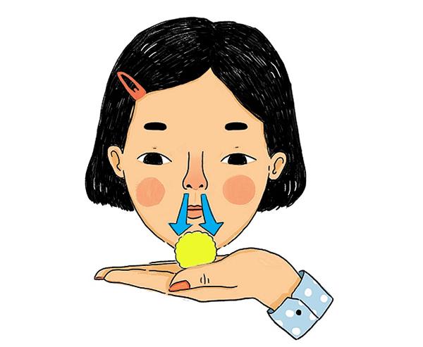 bé chảy dịch mũi màu vàng