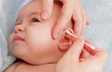 rửa mũi bị nước vào tai phải làm sao