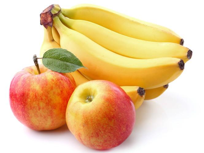 nên cho bé ăn chuối và táo