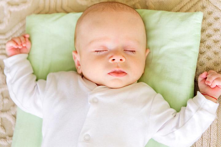 kê cao gối cho bé ngủ