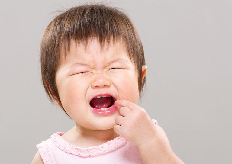 trẻ bị ngạt mũi về đêm phải làm sao