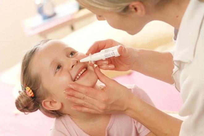 rửa mũi cho trẻ sơ sinh có nguy hiểm không