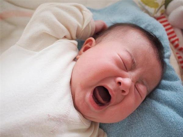 trẻ khóc do viêm amidan