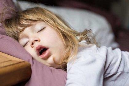 trẻ thở bằng miệng khi ngủ