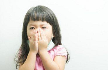 trẻ bị ho sổ mũi có nên tắm không