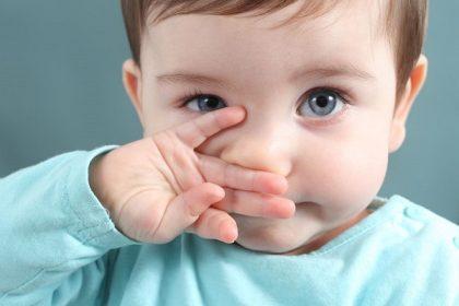 trẻ bị sổ mũi xanh